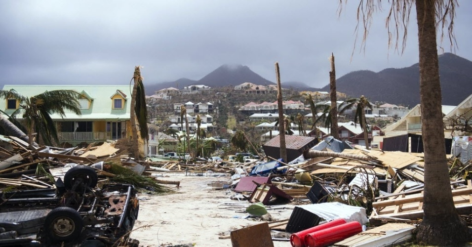 11.set.2017 - Homens procuram pertences nos escombros de um restaurante devastado pelo furacão Irma em sua passagem pela ilha franco-holandesa São Martinho
