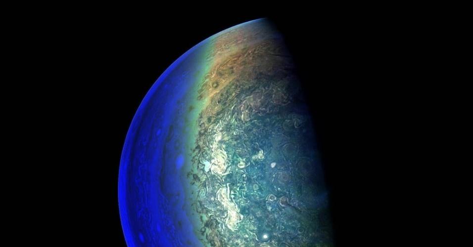 JÚPITER SOB A SOMBRA - Nuvens turbulentas se formam em torno do polo sul de Júpiter. A imagem foi registrada pela nave espacial Juno, que estava à 120,5 mil quilômetros do fenômeno natural. Foi necessário o registro de várias fotos em diferentes exposições para alcançar um equilíbrio de luz e garantir a captura