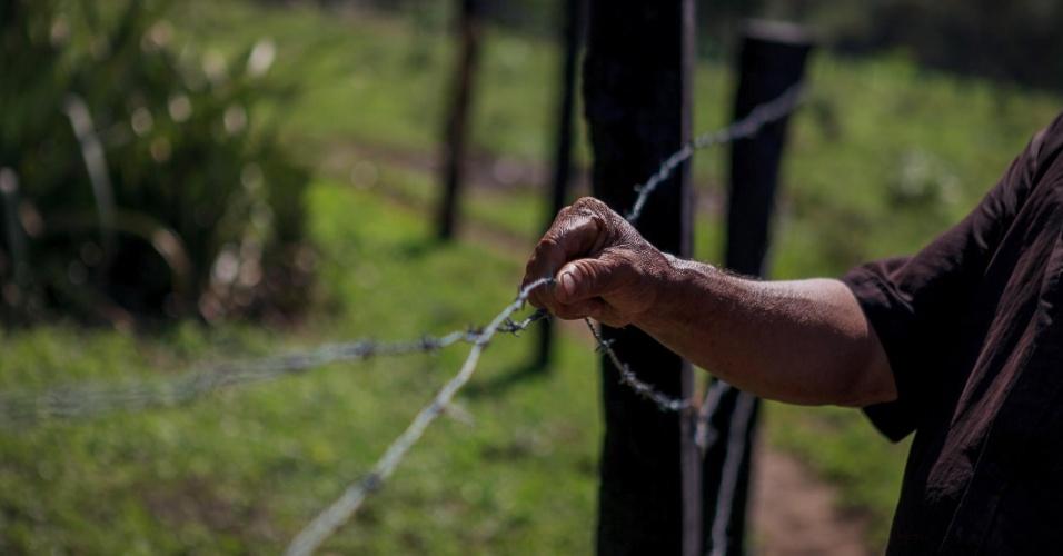 Lusio Teles, 64, mostra cerca de divisão de propriedade. Com a chegada do projeto de soja, novos limites tiveram que ser absorvidos pelos colonos