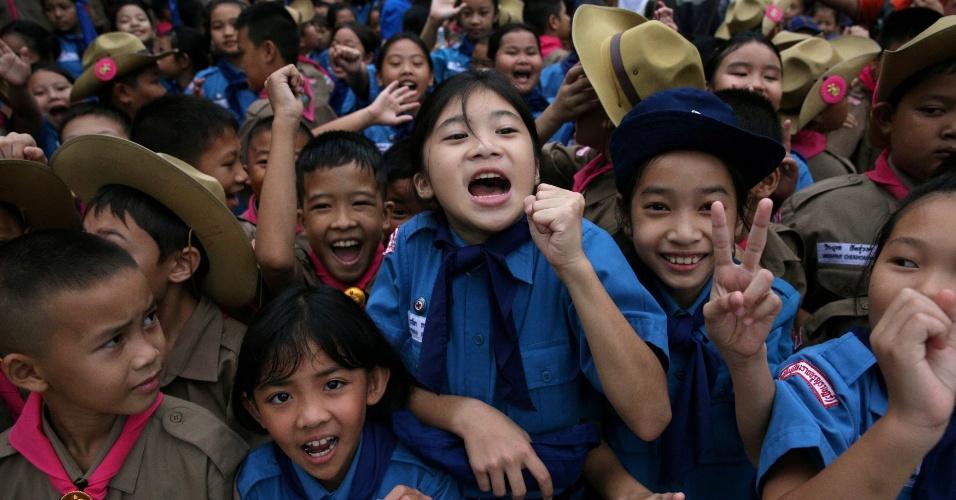 Estudantes comemoram em frente ao hospital em que os meninos estão internados