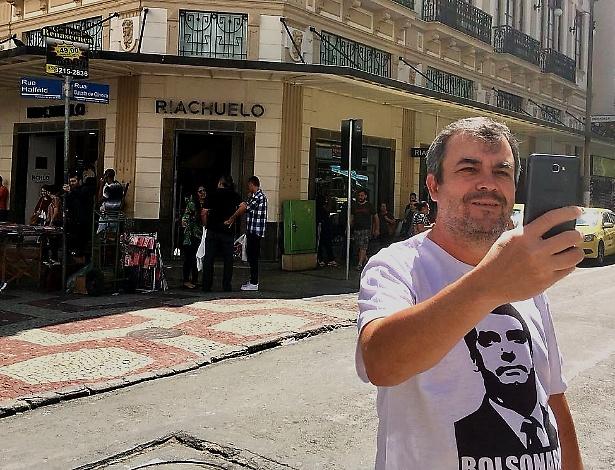 O policial Walter de Barros tira um selfie em frente ao local onde Bolsonaro foi atacado