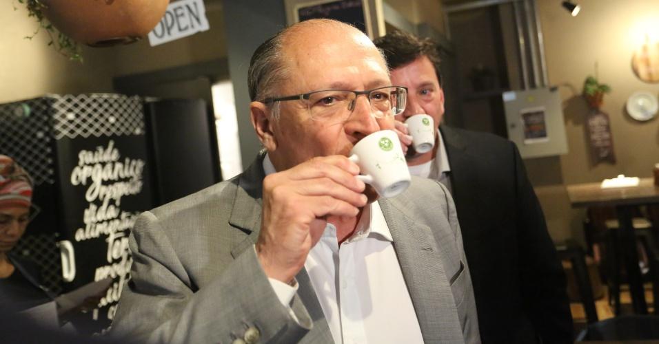10.set.2018 - O candidato do PSDB à Presidência da República, Geraldo Alckmin, participou de encontro com representantes do movimento de ação política Agora, no bairro de Pinheiros, na zona oeste da capital paulista, nesta segunda-feira, 10
