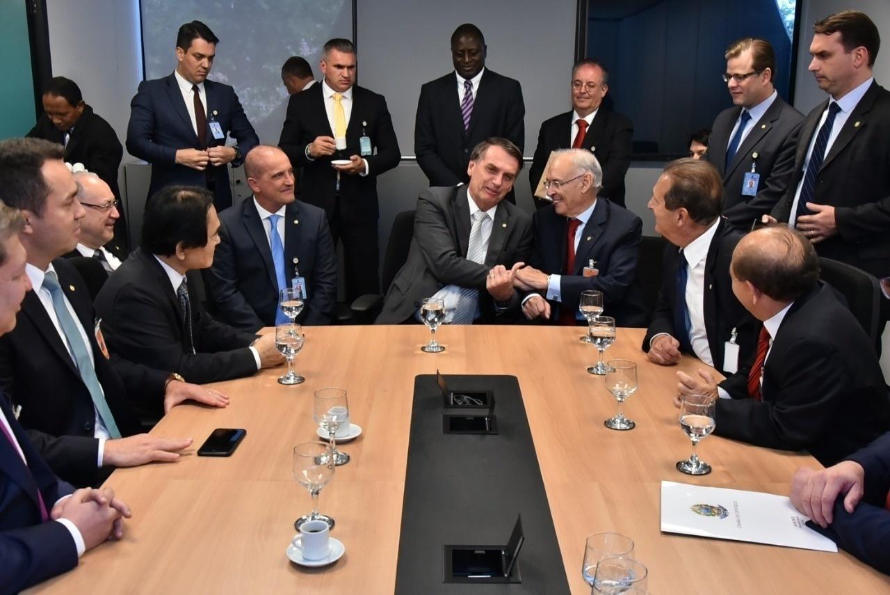 Resultado de imagem para Bolsonaro convida Damares Alves para Direitos Humanos e desagrada bancada evangélica