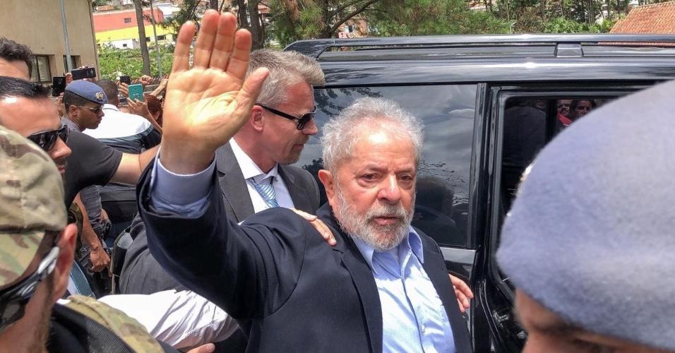 02.mar.2019 - O ex-presidente Luiz Inácio Lula da Silva (PT) entra em um carro para ir ao cemitério em São Bernardo do Campo onde seu neto, Arthur (7), foi velado