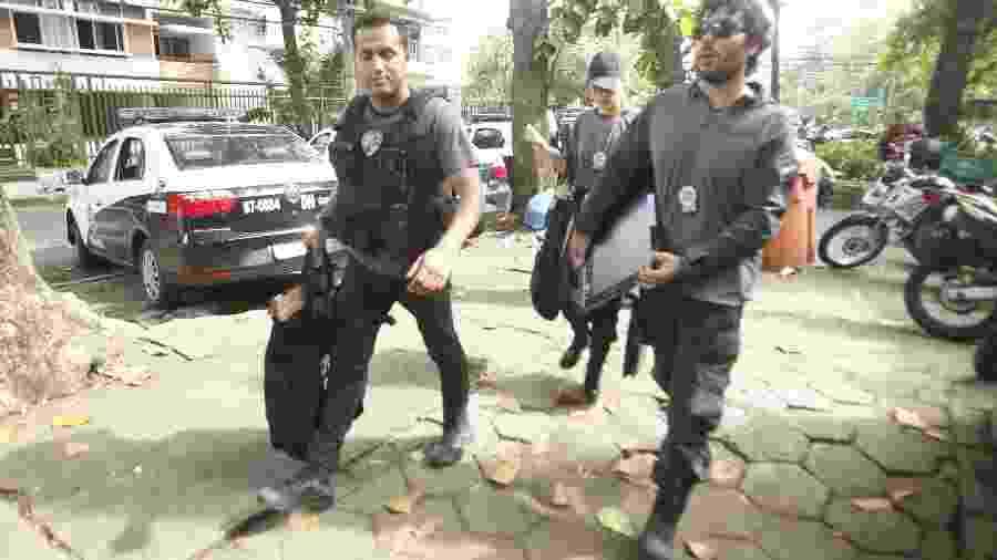 13.mar.2019 - Policiais chegam na Delegacia de Homicídios da Capital com material apreendido - ESTEFAN RADOVICZ/AGÊNCIA O DIA/AGÊNCIA O DIA/ESTADÃO CONTEÚDO