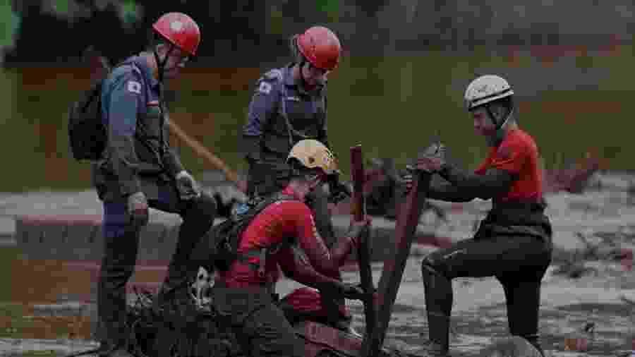 05.fev.2019 - Bombeiros em busca de vítimas em Brumadinho - Eduardo Anizelli/Folhapress
