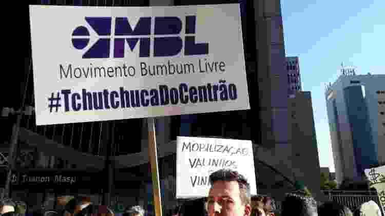 João Bernate, 38, levou para o protesto uma placa contra o MBL - Mirthyani Bezerra / UOL