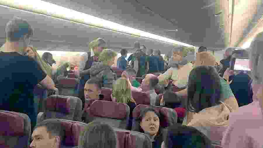 Jornalista Elena Demidova flagrou o momento de confusão no voo de Moscou para Phuket - Reprodução de vídeo