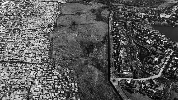 Vista aérea de um condomínio particular no Lago Michelle e da favela de Masiphumelele, na Cidade do Cabo (África do Sul) - Lalo de Almeida - 7.jul.2019/Folhapress