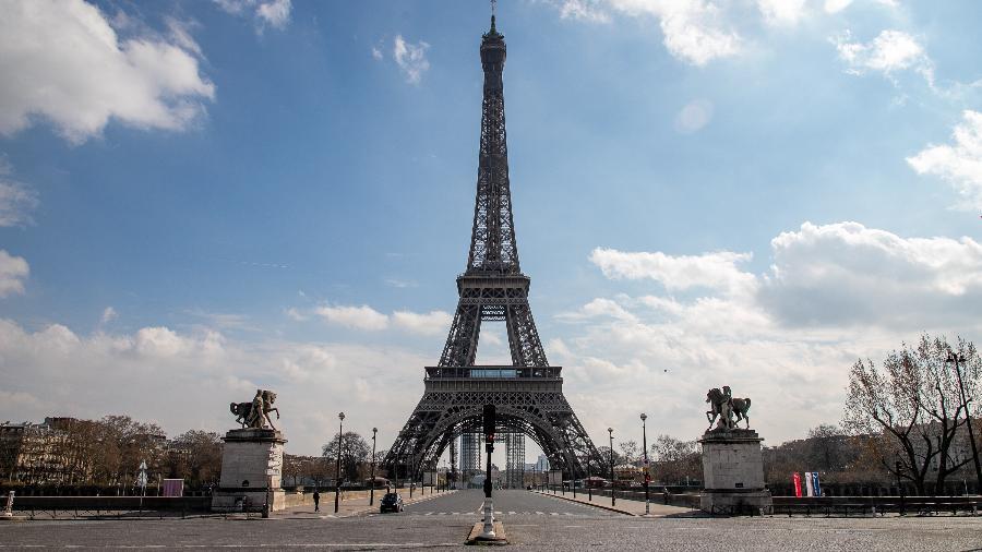 Diante da Torre Eiffel, França tem ruas vazias durante pandemia de coronavírus - Marc Piasecki/Getty Images