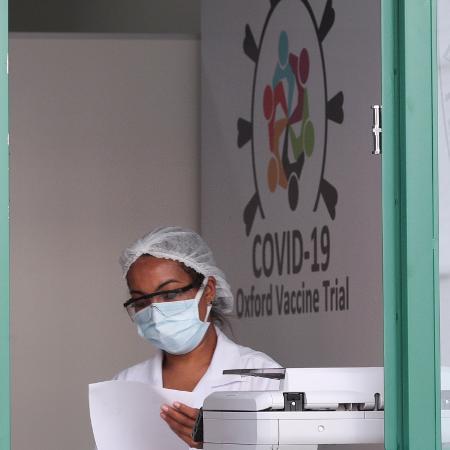 Funcionária da Universidade Federal de São Paulo no local onde está sendo testada a vacina Oxford/AstraZeneca contra a Covid-19 -