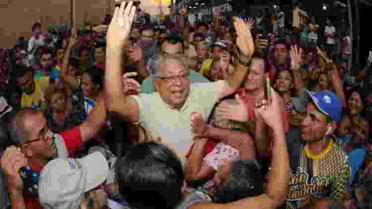 Amazonino Mendes entre os eleitores durante a campanha de 2018, quando foi derrotado - Reprodução/Facebook - Reprodução/Facebook
