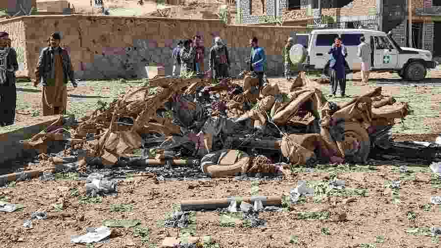 18.out.2020 - Moradores observam carro-bomba que teve como alvo um quartel da polícia afegã - AFP