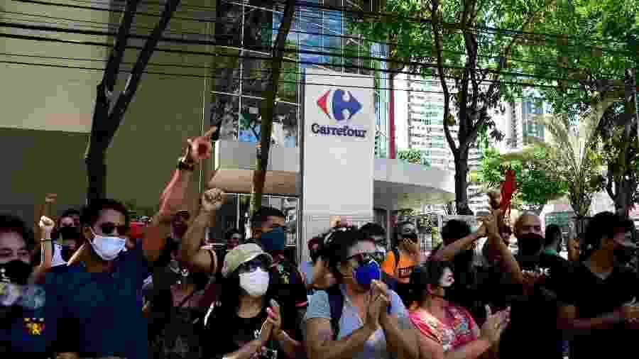 Manifestantes protestam em frente a unidade do Carrefour em Boa Viagem, em Recife (PE) - Julio Gomes/Estadão Conteúdo