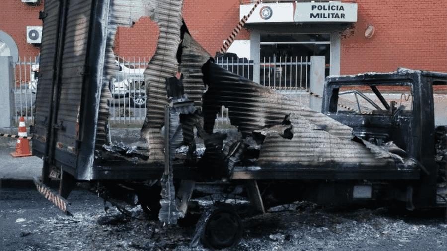 Caminhão incendiado diante de quartel da PM em Criciúma; houve troca de tiros, deixando um soldado ferido - Reuters
