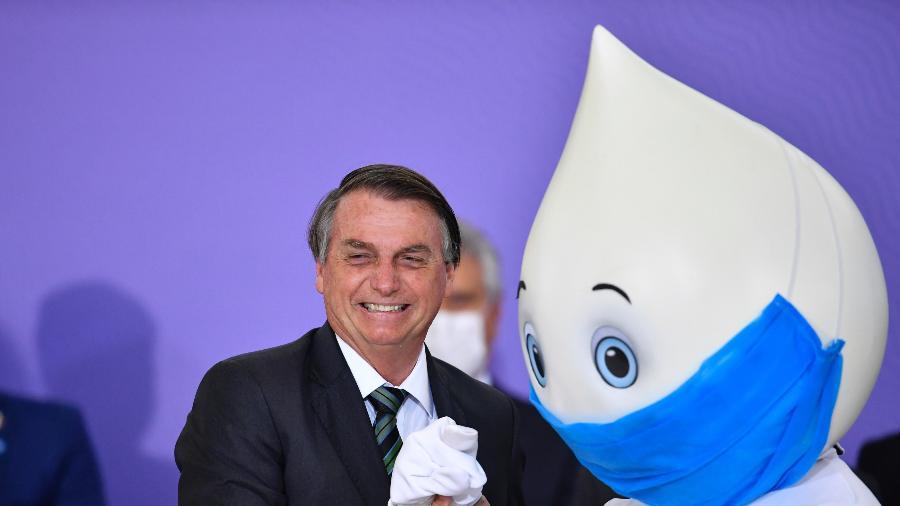 16.dez.2020 - O presidente Jair Bolsonaro, acompanhado do Zé Gotinha, personagem criado para as campanhas de vacinação do SUS, durante cerimônia de lançamento do plano nacional de vacinação contra covid-19 - Mateus Bonomi/AGIF/Estadão Conteúdo