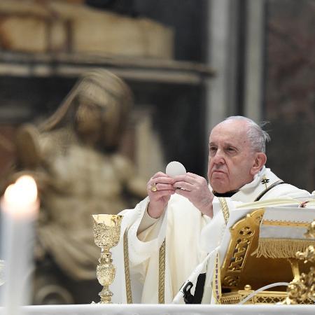 6.jan.2021 - Papa Francisco celebra missa do Dia de Reis na Basílica de São Pedro, no Vaticano - Vatican Media/Reuters