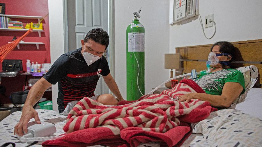 Médico brasileiro cuida da mãe com covid-19 na própria casa - MICHAEL DANTAS/AFP