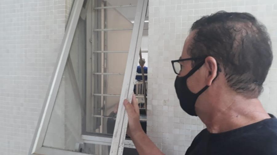 Lisseu Martins tenta ver sogra internada por covid através de pequena janela do Hospital Regional do Oeste, em Chapecó (SC) - Hygino Vasconcellos/UOL