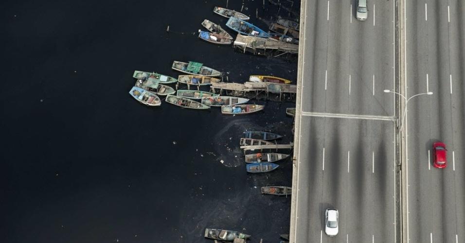 22.jun.2015 - Vista aérea das águas contaminadas da baía de Guanabara, no Rio de Janeiro. Uma mancha de óleo foi avistada na baía, que será local das provas de vela durante os Jogos Olímpicos Rio 2016