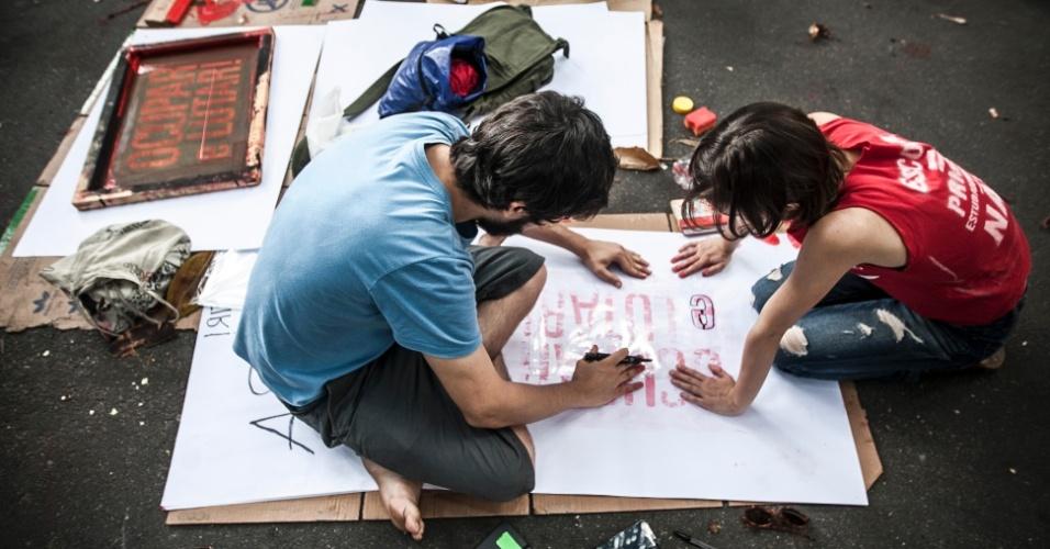13.nov.2015 - Grupo continua apoiando ocupação da Escola Estadual Fernão Dias, na zona oeste de São Paulo. Eles são contra a reorganização da rede anunciada pela Secretaria da Educação