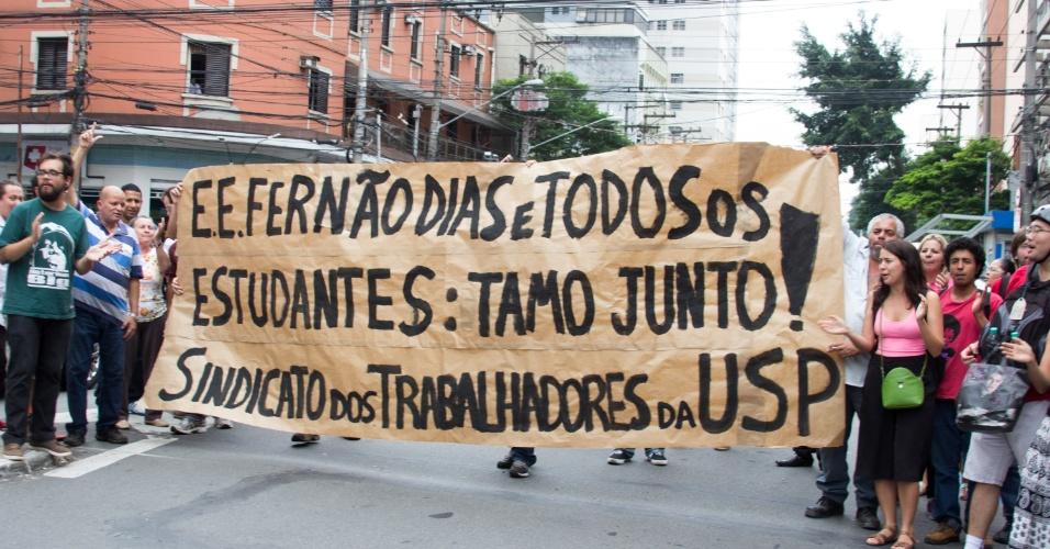 13.nov.2015 - Trabalhadores da USP (Universidade de São Paulo) fizeram nesta sexta-feira uma manifestação em apoio aos estudantes que ocupam a Escola Estadual Fernão Dias, na zona oeste. Ontem, o grupo recebeu uma notificação da decisão da Justiça, que determinou a reintegração de posse