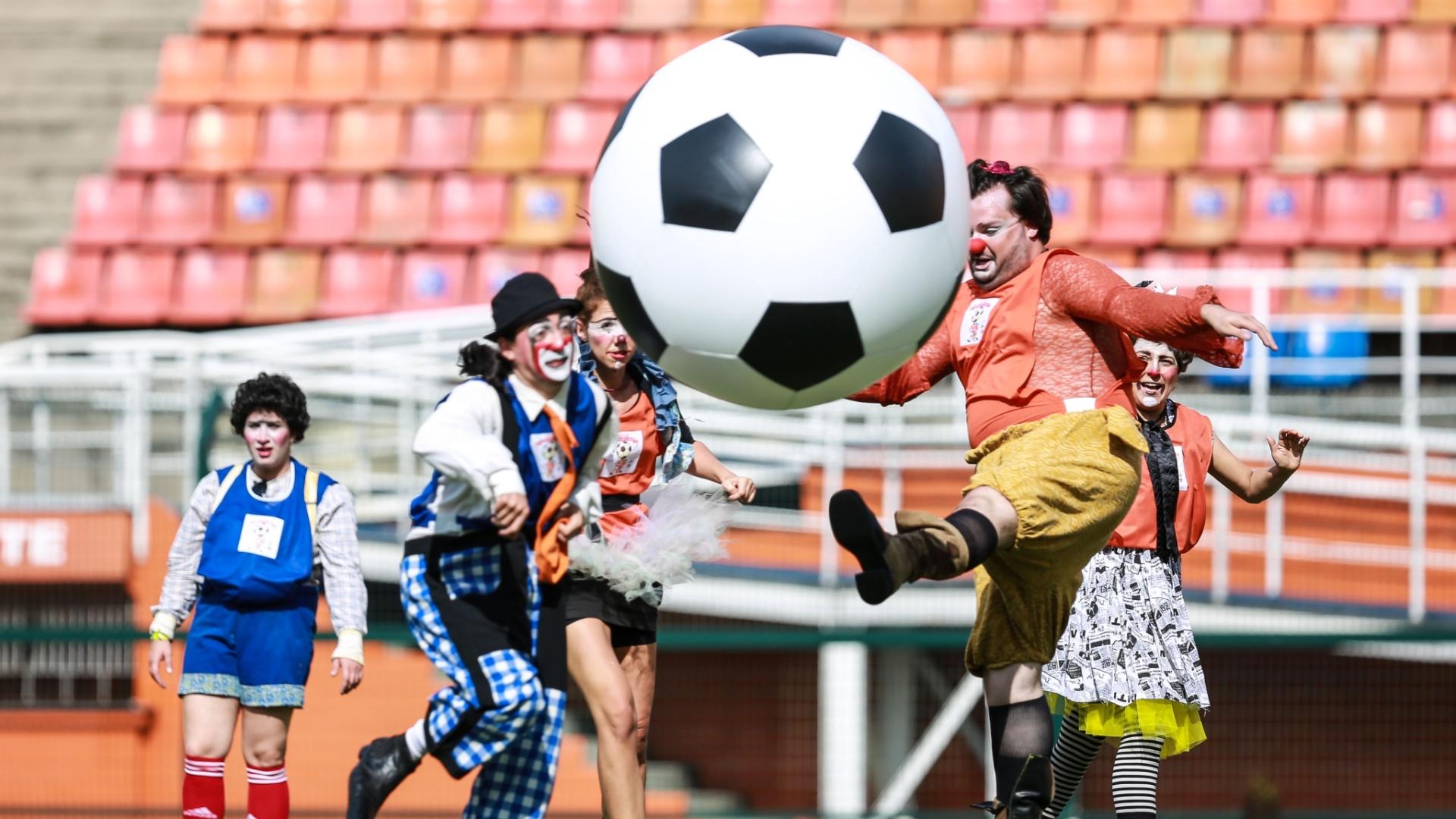 13.dez.2015 - Palhaços disputam partida de futebol vestidos à caráter, no estádio do Pacaembu, em São Paulo