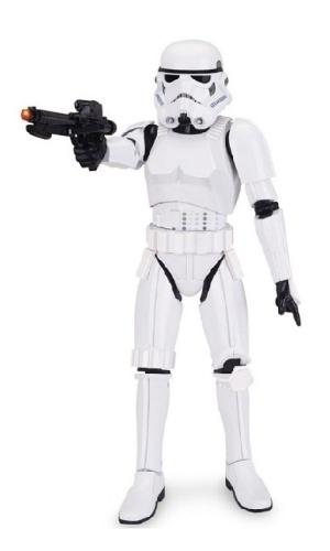 Boneco interativo Stormtrooper, da marca Toyng, vendido por R$ 999,99 no site da Saraiva. Ele tem 40 cm de altura, reproduz falas originais do filme (em inglês) e sua arma tem efeitos de som e luz