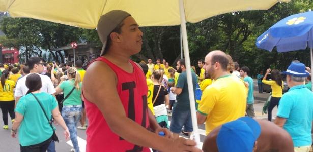 Jovem aproveita protesto e vende água a R$ 5 na av. Paulista - Bernardo Almeida/UOL