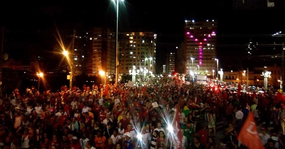 18.mar.2016 - Manifestante a favor da democracia e contra o impeachment da presidente Dilma Rousseff passam pela ponte Duarte Coelho em direção à praça da Independência, no centro do Recife