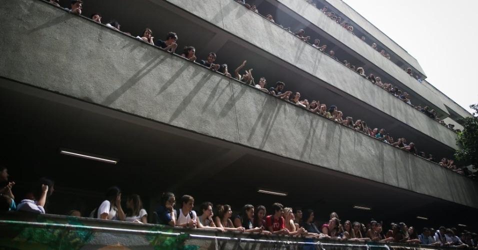 22.mar.2016 - Estudantes da PUC-SP protestam contra atuação da Polícia Militar na universidade na noite da última segunda-feira (21), quando um encontro de ativistas contrários e favoráveis ao impeachment da presidente Dilma Rousseff acabou em tumulto, confusão e conflito. Na manhã desta terça (22), centenas de estudantes se reuniram na Pontifícia em ato para denunciar a