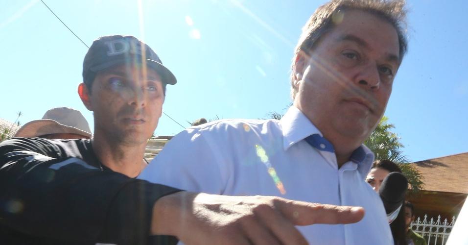 """12.abr.2016 - O ex-senador Gim Argello (PTB-DF) deixa sua residência por volta das 9h20 desta terça-feira escoltado por agentes da Polícia Federal, no Lago Sul, em Brasília (DF). Ele será levado para a Superintendência da PF em Brasília. O parlamentar é alvo da 28ª fase da operação Lava Jato, que investiga corrupção na CPI da Petrobras, batizada de """"Vitória de Pirro"""""""