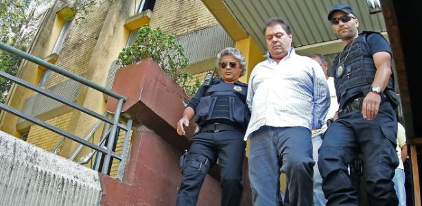O ex-senador Gim Argello é levado por policiais federais para o IML de Curitiba