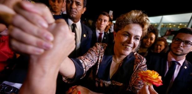 19.abr.2016 - A presidente Dilma Rousseff recebe flores em ato de mulheres, no Palácio do Planalto