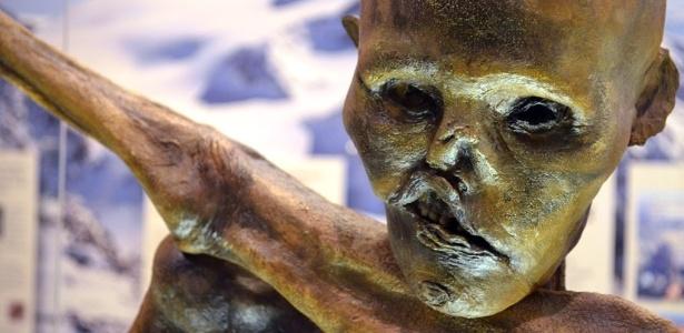 """Réplica feita com impressora 3D em tamanho natural de Ötzi, """"o Homem do Gelo"""""""