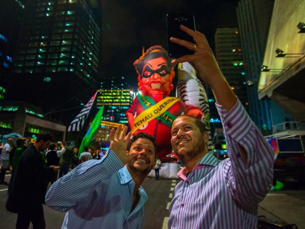 31.ago.2016 - Manifestantes comemoram o impeachment de Dilma Rousseff na avenida Paulista