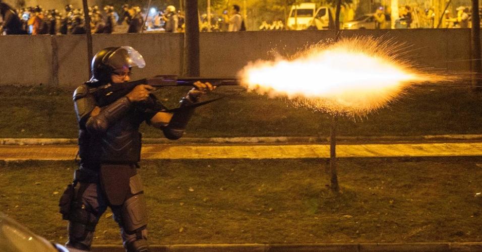 Policial lança bomba contra manifestantes após o ato contra o presidente Michel Temer em São Paulo