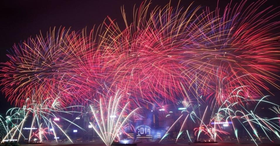 Fogos de artifício marcam a chegada de 2017 no Centro de Convenções e Exposições de Hong Kong, na China