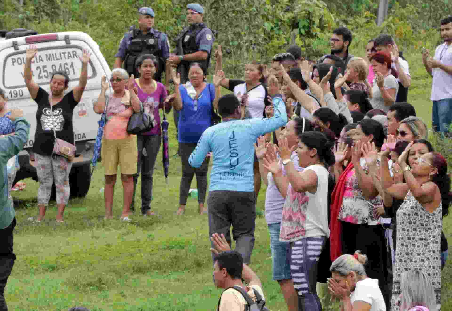 2.jan.2017 - Familiares dos presos rezam juntos em frente a entrada do Complexo Penitenciário Anísio Jobim, em Manaus, durante a rebelião que terminou com a morte de 56 pessoas - Jair Araujo/AFP