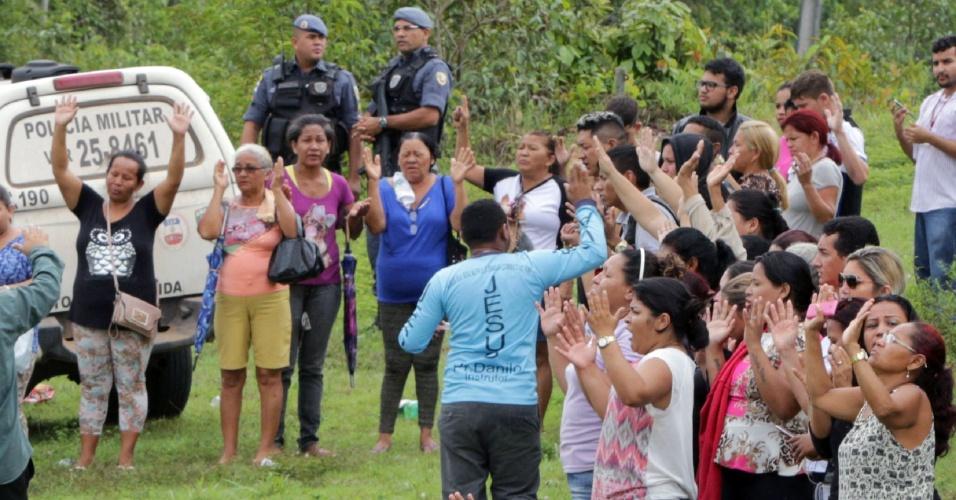 2.jan.2017 - Familiares dos presos rezam juntos em frente a entrada do Complexo Penitenciário Anísio Jobim, em Manaus, durante a rebelião que terminou com a morte de 56 pessoas