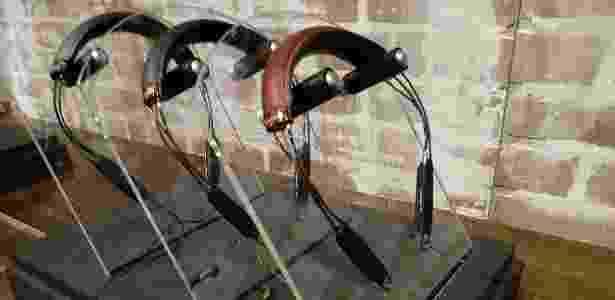 06.jan.2016 - Klipsch, fones de ouvido de pescoço nos modelos R6 e X12, com acabamento em couro - Márcio Padrão/UOL - Márcio Padrão/UOL