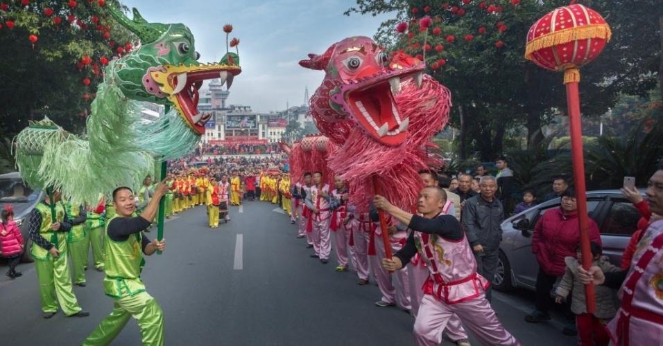 28.jan.2017 - Moradores de Dabu County, na província chinesa de Guangdong, celebram a chegada do Ano Novo Chinês com a dança do dragão, neste sábado