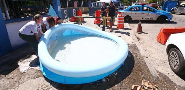 Parentes de policiais retiraram piscina montada em frente ao 9º batalhão, onde tomavam banho desde domingo (12)