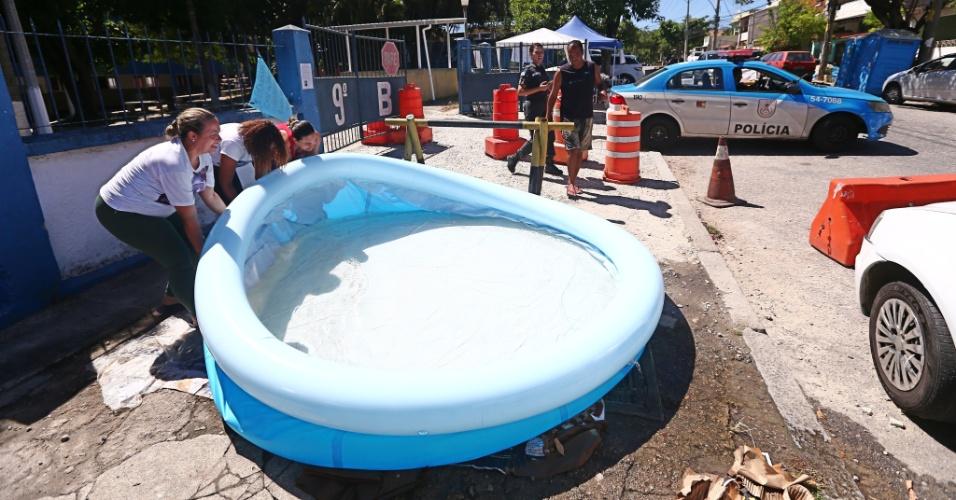Fam lias de pms usam piscina para se refrescar em frente a for Piscina zona norte avila
