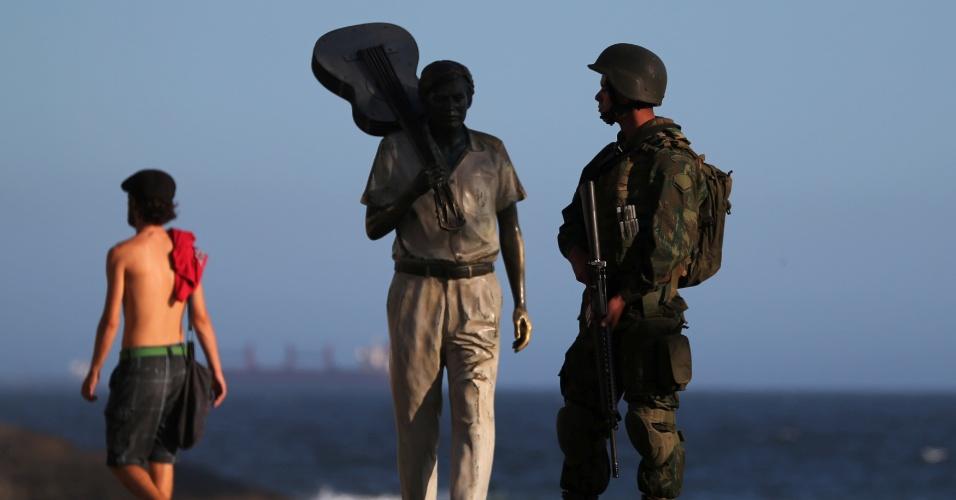 14.fev.2017 - No bairro de Ipanema, a região da praia do Arpoador, onde está a estátua em homenagem ao músico e compositor Tom Jobim, também teve patrulhamento das Forças Armadas