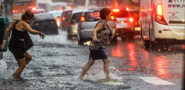 Chuva provoca transtornos a pedestres e motoristas na avenida Pompeia, em Pedrizes