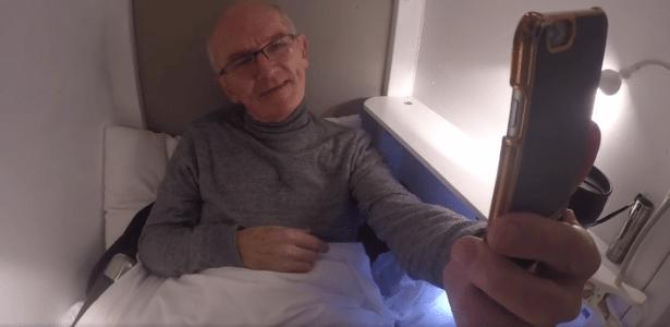 O irlandês John Edwards está enterrado em um caixão com ventilação e acesso à internet