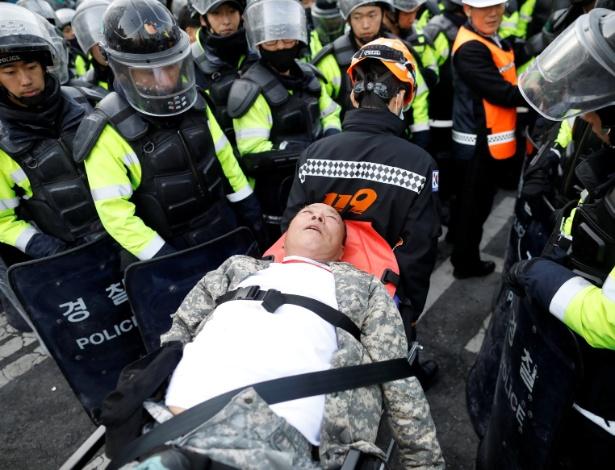 Apoiador de Park Geun-hye é atendido depois de passar mal durante protesto em Seul