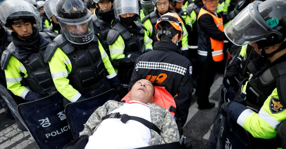 10.mar.2017 - Apoiador de Park Geun-hye é atendido depois de passar mal durante manifestação em Seul contra a decisão da Justiça pelo impeachment da agora ex-presidente