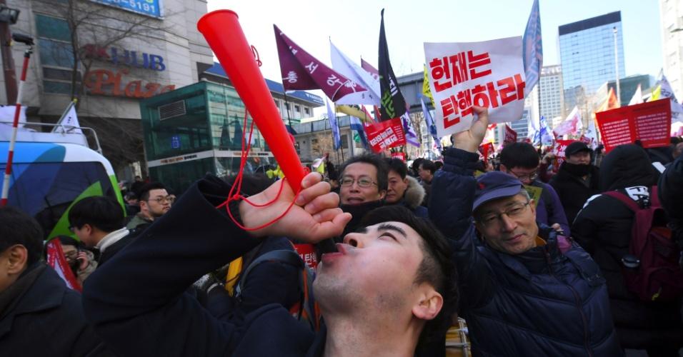 10.mar.2017 - Decisão da Justiça sul-coreana pelo impeachment da presidente Park Geun-hye é comemorada em rua de Seul